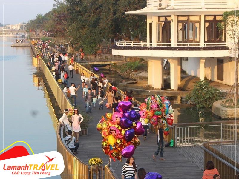 cầu gỗ lim đi bộ dọc sông hương