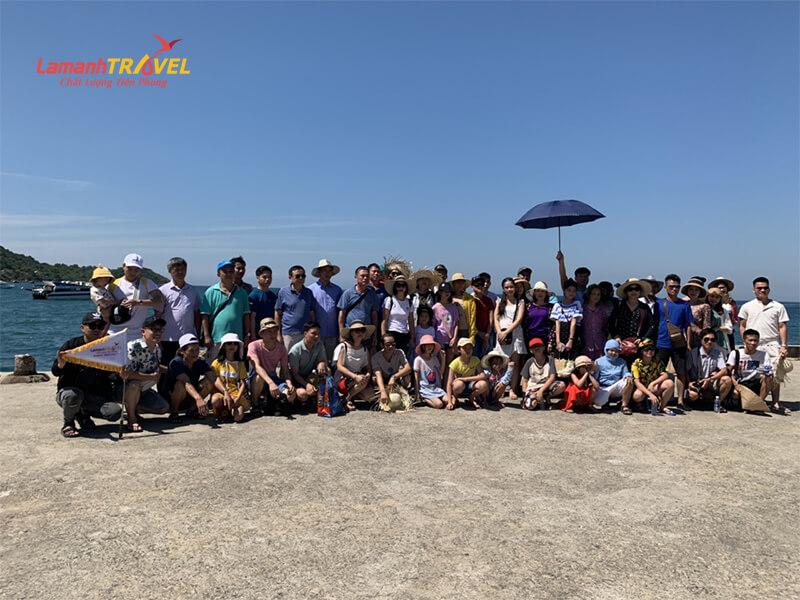Đoàn du khách chụp ảnh lưu niệm tại cù lao chàm trongtour du lịch đà nẵng 3 ngày 2 đêm